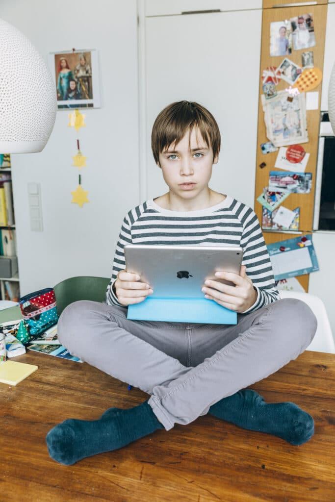 Rasmus beim Lernen auf Distanz an seinem iPad